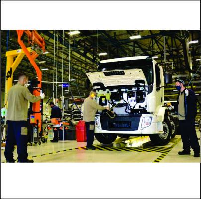 Com venda de caminhões em alta, Volvo retoma segundo turno em Curitiba (PR)